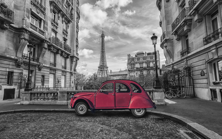 Foto de Eiffel tower in Paris and red retro car in black and white color key - Imagen libre de derechos