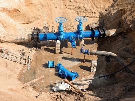 Photo pour Reconstruction of main City water supply pipeline in underground. 500mm water pipeline with gate valves, 250mm branch. Repairing of leak due to extreme corrosion. - image libre de droit