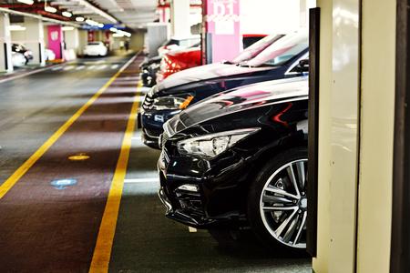 Foto de Underground parking zone, full of  the cars - Imagen libre de derechos