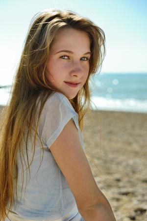 Foto de portrait of cute teenage girl in summer time - Imagen libre de derechos