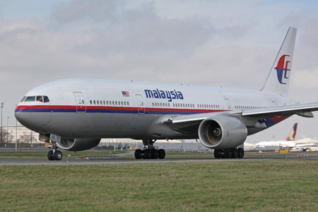 Foto de PARIS - MARCH 29: Malaysia Airline Boeing 777 taxis to take off on March 29, 2010 in Paris, France. Malaysia Airlines (MAS) operates flights from its home base, Kuala Lumpur International Airport. - Imagen libre de derechos