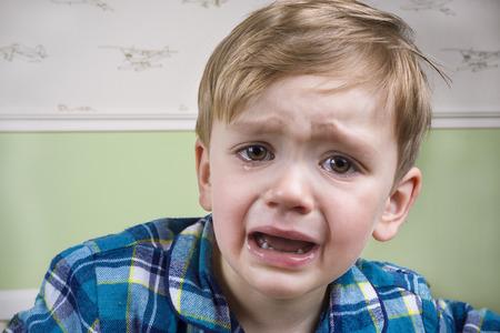 Photo pour Small boy crying dramatically before bedtime - image libre de droit
