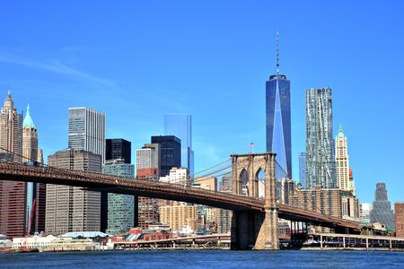 Photo pour View of New York City Downtown Skyline with Brooklyn Bridge - image libre de droit