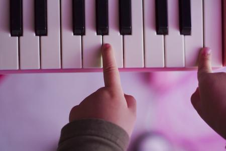 Foto für kid playing piano - Lizenzfreies Bild