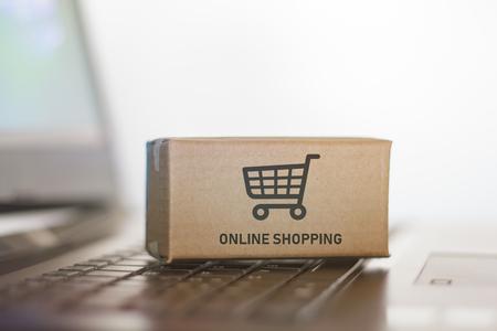 Foto de Carton on laptop. Online shopping, e-commerce concept - Imagen libre de derechos