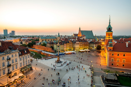 Photo pour Top view of Royal castle and old town crowded with people in Warsaw on the evening - image libre de droit