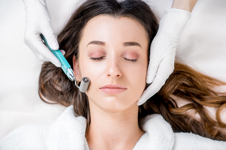 Photo pour Womans facial treatment - image libre de droit