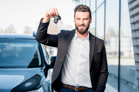 Foto de Man with keys near the car - Imagen libre de derechos