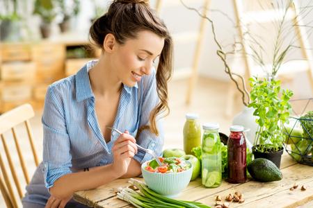 Photo pour Woman eating healthy salad - image libre de droit