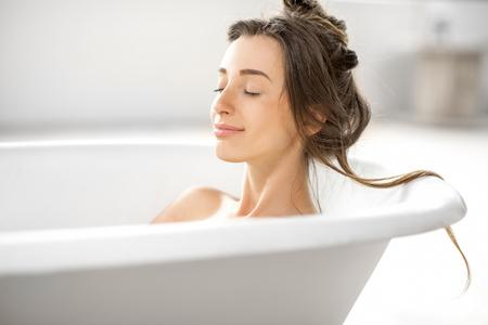 Photo pour Woman relaxing in the bathtube - image libre de droit