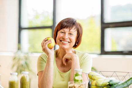 Photo pour Older woman with healthy food indoors - image libre de droit