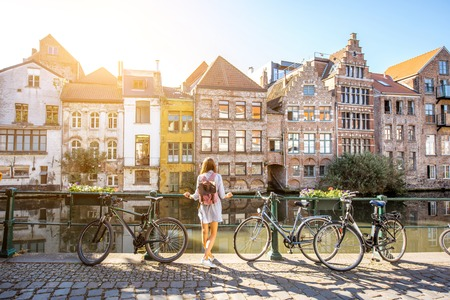 Photo pour Woman traveling in Gent old town, Belgium - image libre de droit