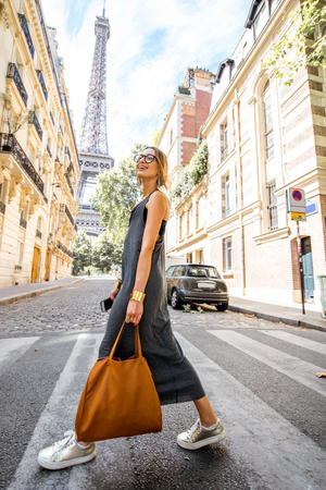 Photo pour Woman walking in Paris - image libre de droit