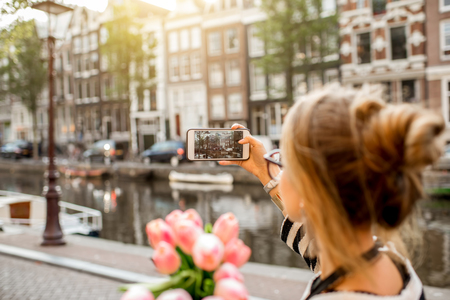 Photo pour Woman photographing in Amsterdam city - image libre de droit