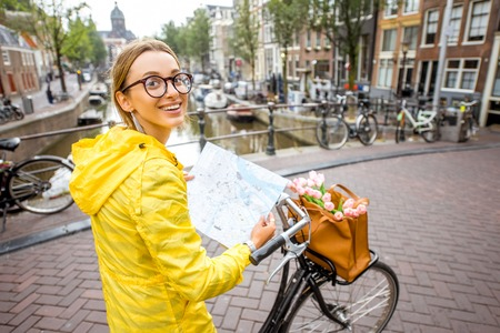 Photo pour Woman traveling in Amsterdam - image libre de droit