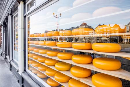 Photo pour Showcase with dutch cheese - image libre de droit