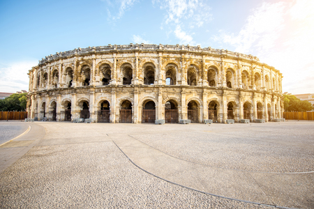 Photo pour Amphitheatre in Nimes - image libre de droit