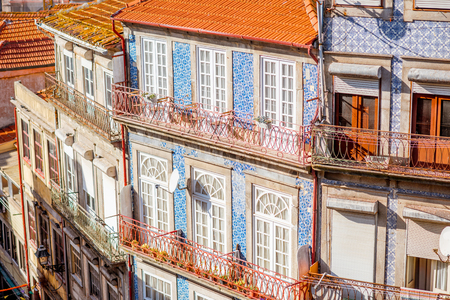 Photo pour Street view on the beautiful old buildings with portuguese tiles on the facades in Porto city, Portugal - image libre de droit