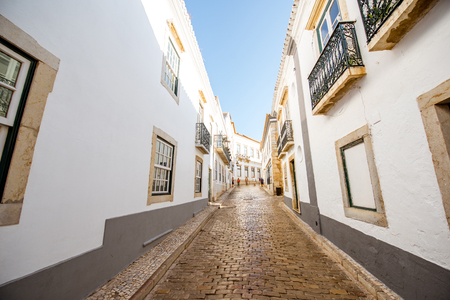 Foto de Street view with white houses in the old town of Faro on the south of Portugal - Imagen libre de derechos