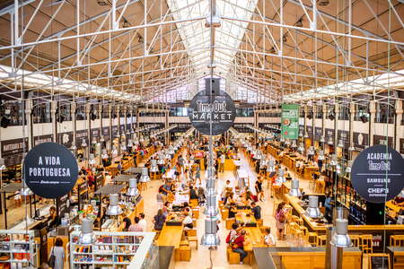 Photo pour LISBON, PORTUGAL - September 29, 2017: Interior view on the famous Time Out Market full of people in Lisbon city, Portugal - image libre de droit