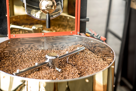 Foto de Close-up view on the roasted coffee beans cooling in the roaster machine - Imagen libre de derechos