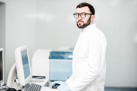 Foto de Male technician working with analyzer machine at the laboratiry - Imagen libre de derechos