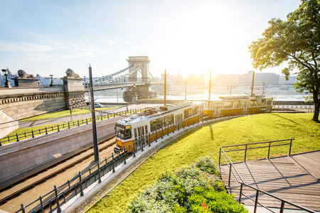 Photo pour Cityscape view on the tram and famous Chain bridge on the background during the morning light in Budapest city, Hungary - image libre de droit