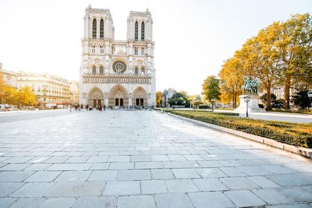 Foto de View on the famous Notre-Dame cathedral and empty square during the morning light in Paris, France - Imagen libre de derechos
