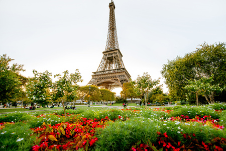 Photo pour Sunset view on the Eiffel tower from Field of Mars in Paris - image libre de droit