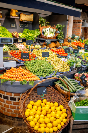 Foto de Variety of beautifully organized fruits and vegetables on the counter of the market place - Imagen libre de derechos