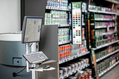 Foto de Professional coloring machine in the department with paints of the building supermarket - Imagen libre de derechos