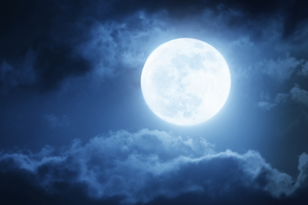 Foto de Dramatic Nighttime Sky and Clouds With Large Full Blue Moon  - Imagen libre de derechos