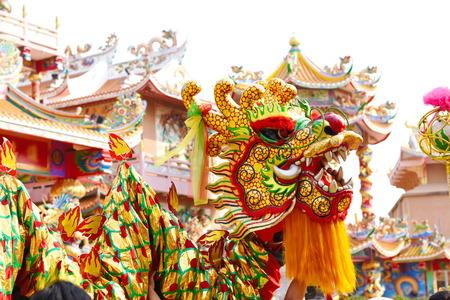 Photo pour Chinese dragon and lion dance - image libre de droit