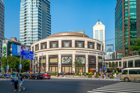 Foto de The world's largest Starbucks in Shanghai, Officially opened to the public on December 6, 2017 - Imagen libre de derechos