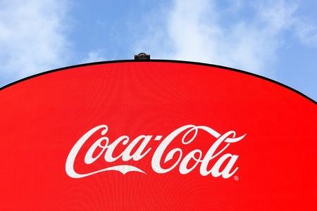 Foto de London, United Kingdom - January 31, 2018: Coca Cola adverstising at Piccadilly Circus, London. Coca cola is a carbonated soft drink. It is produced by The Coca-Cola Company of Atlanta, Georgia - Imagen libre de derechos