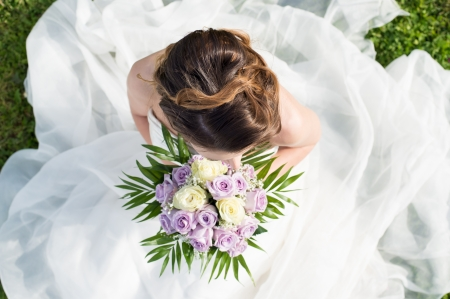 Photo pour High View Of A Beautiful Young Bride Holding Bouquet - image libre de droit