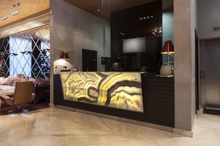 Foto de Glowing marble stone hotel reception - Imagen libre de derechos