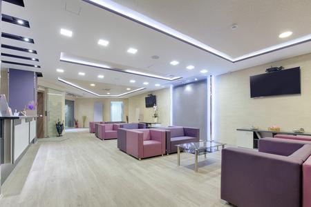 Foto de Spacious waiting room in a modern clinic - Imagen libre de derechos