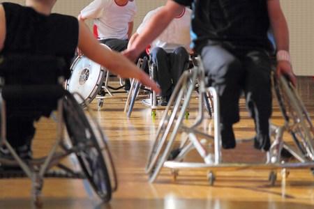 Foto de Wheelchair users in a basketball match - Imagen libre de derechos
