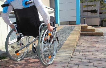 Foto de Woman in a wheelchair using a ramp - Imagen libre de derechos