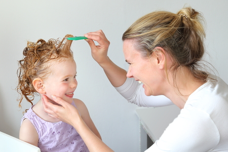 Photo pour Washing out Head lice in the hair of a child - image libre de droit
