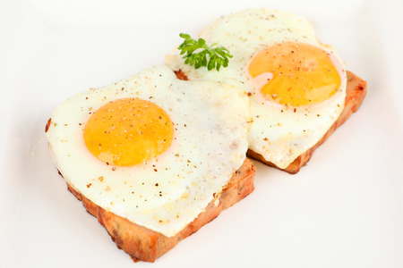 Foto de meatloaf with fried egg on a plate - Imagen libre de derechos