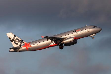 Photo pour Melbourne, Australia - September 25, 2011: Jetstar Airways Airbus A320-232 VH-VQM departing Melbourne International Airport. - image libre de droit