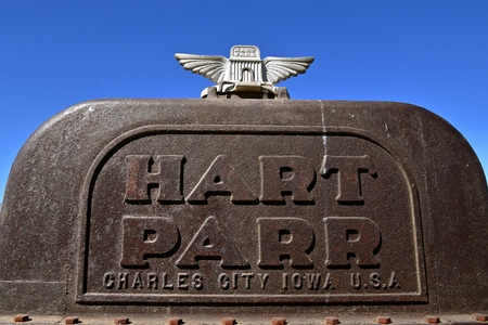 Foto de DALTON, MINNESOTA, September 9, 2017: The old rusty Parr comes from Hart-Parr Tractor Company which began operations in 1897 and sold out to Oliver Tractor company in 1929 - Imagen libre de derechos