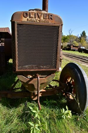 Foto de DOWNER, MINNESOTA, October 6, 2019: The old rusty tractor comes from Oliver Hart-Parr Tractor Company which began operations in 1897 and sold out to Oliver Tractor company in 1929 - Imagen libre de derechos