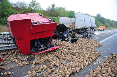 Photo pour Worms, Germany - September 16, 2009 - Truck crash on german highway A61 near Worms, destroyed by its loaded turnips, no people have been hurt. - image libre de droit