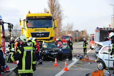 Photo pour Worms, Germany - March 22, 2010 - Heavy car crash on highway A 61 near Worms - image libre de droit