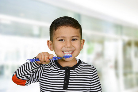 Photo pour Young child who is brushing their teeth - image libre de droit