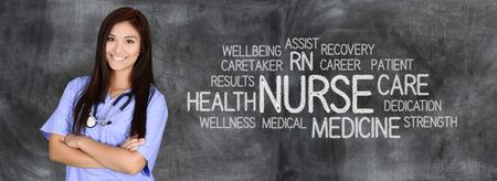 Foto de Female nurse ready to give medical attention - Imagen libre de derechos