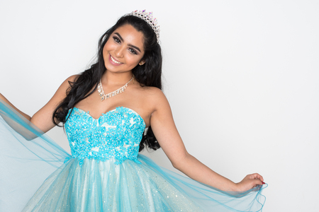 Photo pour Teen girl competing in a beauty pageant - image libre de droit